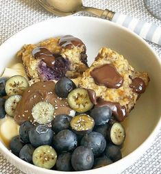 By @foodiefittwinmummy!  Ingredients 2 bananas mashed 2 tbs @thegroovyfoodcompany agave maple syrup 1 tbs coconut oil 1 flax egg or egg 2 tbs @mindfulbitesuk cashew butter  1 scoop @kin_nutrition vanilla vegan protein 2 cups oats 1 tsp baking powder Pinch salt  80g blueberries  Large handful of @coxcocacao dark chocolate with cacao nibs shards  Full recipe on link! Cashew Butter, Cacao Nibs, Vegan Protein, How To Make Chocolate, Pretzel Bites, Maple Syrup, Acai Bowl, Coconut Oil, Blueberry