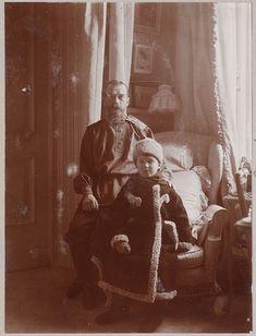 Le Tsar Nicolas II et son fils Alexei (The Tsar Nicholas II & his son Alexei) Rare Pictures, Rare Photos, Old Photos, Vintage Photographs, Vintage Photos, Tsar Nicolas, Tsar Nicholas Ii, La Familia Romanov, Royals