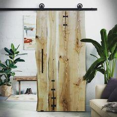 Skyvedørene i one board er laget av massivt asketre, og det riktige materialvalget gjør at de ser ut som et stykke bord . . . #dør #door…
