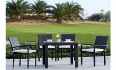 Este comedor para jardín y terraza esta fabricado en un elegante rattán chocolate y se compone por cuatro magníficos sillones con cojines en crudo y una estupenda mesa.