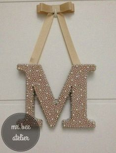 #monograma  #letra de porta de maternidade #letra com pérolas Wooden Letters, Monogram Letters, Craft Projects, Projects To Try, Diy And Crafts, Arts And Crafts, 3d Quilling, Baby Decor, Diy Art