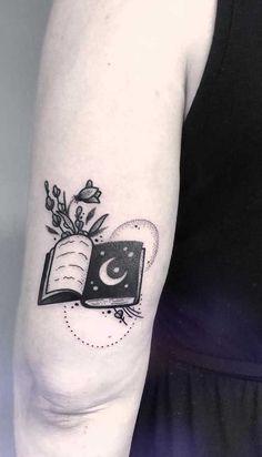 Tatuagem de livros: simbologia, tipos e 60 fotos inspiradoras Creepy Tattoos, Cute Tattoos, Beautiful Tattoos, Body Art Tattoos, New Tattoos, Small Tattoos, Writer Tattoo, Book Tattoo, Tatoo Art