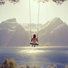 Waar je kan, schommelen. Er is op een berg in Oostenrijk een enorm hoge schommel. Waarop je bijna misselijk wordt. Die zijn het mooiste!