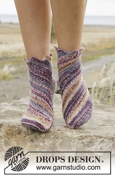 Knitted DROPS socks in garter st worked diagonally in Fabel. Free pattern by DROPS Design. Knitted Slippers, Crochet Slippers, Knit Crochet, Knitting Patterns Free, Free Knitting, Free Pattern, Drops Design, Magazine Drops, Point Mousse