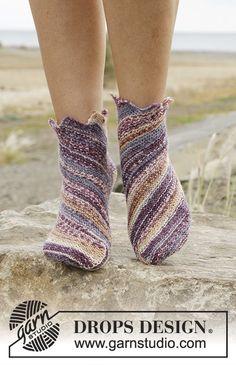 Knitted DROPS socks in garter st worked diagonally in Fabel. Free pattern by DROPS Design. Knitting Patterns Free, Free Knitting, Free Pattern, Scarf Patterns, Knitted Slippers, Crochet Slippers, Drops Design, Point Mousse, Patterned Socks