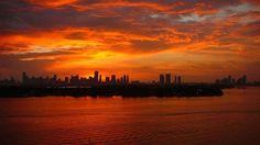 Voici un effet très théâtral pour la ville de Miami, l'eau faisant écho au ciel embrasé. Si on devai... - Photo Marc Averette (Wikipedia)