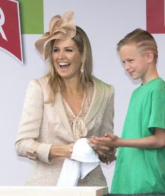 Before she left Queen Máxima and som of the children made a commemorative plaque with their hand prints.