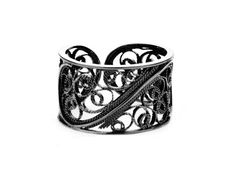 Filigree Links Single Ring. Black. This exquisite piece of jewellery is an excellent interpretation of modern ethical jewellery design combined with the fine art of traditional filigree. 100% recycled sterling silver and made in Spain.