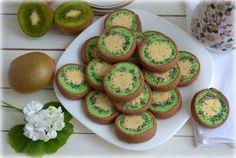 Выглядит очень празднично и необычно. Обязательно попробуйте печенье «Киви»! Ингредиенты: 180 г сливочного масла 120 г сахара 1 яйцо 350 г муки 2 ч. л. какао-порошка 1 ч. л. мака 2-3 капли пищевого красителя 1 ч. л. цедры лимона Взбейте размягченное масло с сахаром, добавьте яйцо. Хорошо взбейте миксером и введите муку и цедру лимона.