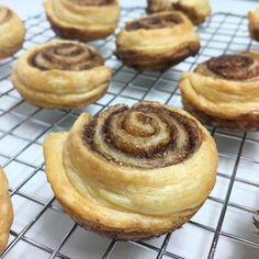 Het perfecte recept wanneer je zin hebt in verse kaneelbroodjes, maar weinig tijd hebt om ze te maken. Deze variant staat binnen een uur op tafel!