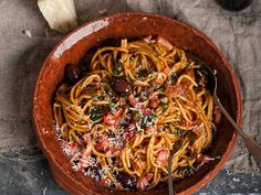 Spaghetti puttanesca is an easy, flavorful and satisfying meal. (easy recipes for two pasta) Pasta Recipes, Cooking Recipes, Healthy Recipes, Cooking Food, Dinner Recipes, Mets, How To Cook Pasta, Pasta Dishes, Italian Recipes