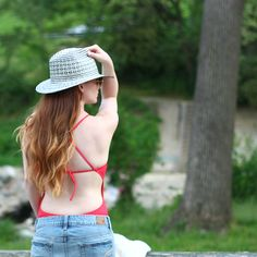 Blogger Alison from Ally Cog shares our love for all things hats by pairing one of our favorite styles with #AerieSWIM.