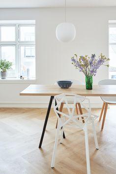 Se huset som ble kalt Danmarks vanskeligste oppussingsprosjekt | Boligpluss.no Kitchen Dining, Dining Table, Dining Rooms, Modern Kitchen Interiors, Apartment Renovation, Nordic Style, Office Desk, Sweet Home, House Styles