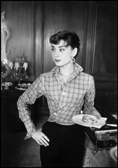 Perfection is Audrey Hepburn. (is what the last pinner said. I was going to say Audrey Hepburn looks perfect, but then I realized it was the same thing. Oh goodness, love this so much. Audrey Hepburn Pixie, Sabrina Audrey Hepburn, Audrey Hepburn Outfit, Katharine Hepburn, Audrey Hepburn Fashion, Audrey Hepburn Hairstyles, Audrey Hepburn Photos, Audrey Hepburn Funny Face, Lauren Bacall