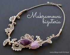 Nowa technika tworzenia biżuterii – mikromakrama Makrama w ostatnim czasie powraca do łask. Nie tylko wraca moda na plecione ozdoby ścienne jak makatki, kwietniki czy ramy luster, ale także na plecioną z kolorowych sznurków makramową biżuterię. Jewelry Making, Charmed, Stone, Bracelets, How To Make, Blog, Diy, Fashion, Crafts