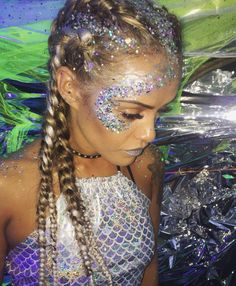 More halloween makeup glitter, mermaid halloween makeup, glitter face makeup, mermaid costume makeup Festival Makeup Glitter, Glitter Party, Glitter Makeup, Festival Glitter Ideas, Halloween Makeup Glitter, Music Festival Makeup, Glitter Bomb, Glitter Dust, Glitter In Hair