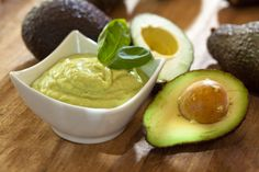 The article suggests proven remedies to tackle dry, damaged and brittle hair. It includes hot oil treatments, beer hair tonic, banana avocado mask and mayonnaise treatment. Avocado Mousse, Avocado Dip, Avocado Mask, Alkaline Diet Recipes, Healthy Recipes, Avocado Recipes, Healthy Foods, Healthy Nails, Guacamole Hummus