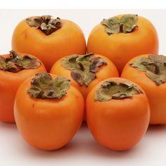 Con el mes de octubre, empieza la temporada de los caquis. Esta extraña fruta, muy parecida a un tomate, tiene un sabor sorprendente y un alto contenido en potasio. #ingredientes #cocina