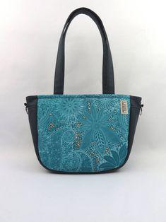 A kék szerelmeseinek készült ez a táska! Gyönyörű mandala szerű mintái  Indiát idézik. Az 3711f76e53