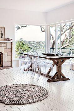 louis ghost chair, cadeira transparente na decoração da sala de jantar grande com mesa de madeira rustica para 6 pessoas