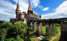Summer view on Corvin castle with bridge over a small river in a sunny day in Romania Monuments, Visit Romania, Medieval Houses, National Museum, Historical Sites, National Geographic, Beautiful Places, Mansions, House Styles