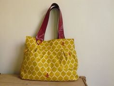 Free pattern for this hobo bag...I love it and would probably do a contrasting fabric for the handles.  Pretty!