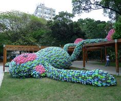 Thousands of pairs of recycled plastic flip-flops live on in a large-scale outdoor art installation in San Paulo, Brazil. Local art students created the Giant Flip Flop Monkey Sculpture community a… 3 Rois Mages, Image Internet, Instalation Art, Graffiti, Wow Art, Dutch Artists, Parcs, Park Weddings, Recycled Art