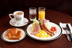 東京駅近や、新宿で24時間営業かつWi-Fi有り、打ち合わせにも使える大正ロマン漂う落ち着いた雰囲気…是非押さえておきたい使い勝手のよい喫茶店。今回はそんな人気喫茶4軒を、おすすめの洋食メニューと合わせてご紹介します。