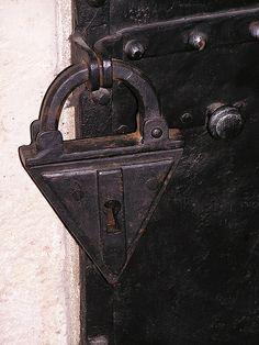 Afbeeldingsresultaat voor medieval locks and keys Door Knobs And Knockers, Knobs And Handles, Door Handles, Under Lock And Key, Key Lock, Antique Keys, Vintage Keys, Antique Shelves, Old Keys