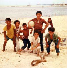 Seis chicos, una dama a la playa, Progreso, Yucatan, 1965