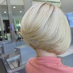 Platinum blonde with a perfectly sweet bob, this color and cut forms perfect unity. All credit to the stylist ! Love this platinum haircolor, that stack is just rigt, love the length. To have your hair featured please tag Bob Hairstyles 2018, Blonde Bob Hairstyles, Wedge Hairstyles, Platinum Hair Color, Platinum Blonde, Bob Haircut Curly, Asymmetrical Bob Haircuts, Bobs For Thin Hair, Fine Hair
