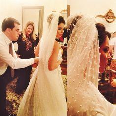 Momentos da preparação da noiva Bruna Mello! Debaixo do véu de mini-pérolas, a indescritível beleza das flores de brilhante Bibiana Paranhos. Lindíssimo!  #noivasbybibiana #bibianaparanhos #casamento