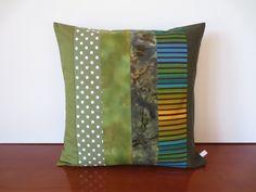 Housse coussin patchwork en kaki, vert olive et pistache : Textiles et tapis par michka-feemainpassionnement