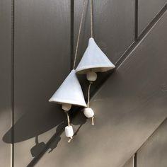 Blij om dit item uit mijn #etsy shop te delen: White Porcelain Bells - Ceramic Bells - Artisan Bells - Home Decor - Garden Decor - Handmade Ceramic  - Artful Gift - Gift for Her Clay Projects, Artisanal, Project Ideas, Ceramics, Etsy, Home Decor, Ceramica, Pottery, Decoration Home