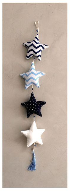 4 estrellas confeccionados en telas Nacionales e Importadas combinadas. Relleno de vellón siliconado. Detalles de cordón en algodón trenzado con cascabeles d...