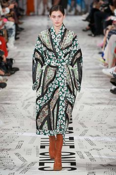 The complete Stella McCartney Fall 2019 Ready-to-Wear fashion show now on Vogue Runway. 2010s Fashion, Fashion Week, Fashion 2020, Paris Fashion, Runway Fashion, Autumn Fashion, Womens Fashion, Fashion Top, Vogue Fashion