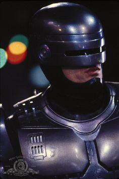 """""""RoboCop"""" (1987) Mitad máquina, pero sobretodo, mitad hombre, porque no se puede ser un buen oficial de la ley sin sentimientos."""