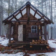 Want to experience the goodness of living in a country-style house and away from the city, and if you love hands-on, log cabin kits is the solution. Tiny House Cabin, Log Cabin Homes, Log Home Decorating, Guest Cabin, Cabin In The Woods, Little Cabin, Cabins And Cottages, Tiny Cabins, Rustic