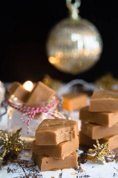 Myke karamellfudge med flaksalt – Ida Gran-Jansen Dessert Sauces, Desserts, Salted Caramel Fudge, Confectionery, Holidays And Events, Truffles, Macarons, Frosting, Favorite Recipes