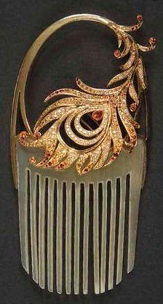 Maison LALIQUE    Phoenix, pièce unique 2012 Exceptionnel peigne en corian. La plume de phoenix, détachable en broche et exécutée en or jaune, est pavée de saphirs jaunes, de grenats mandarins, de diamants et reçoit une opale de feu taille poire au serti perlé. Vendu dans son luxueux coffret LALIQUE d'origine. Signé LALIQUE et porte les poinçons de Maître Orfèvre et de garantie. http://www.ader-paris.fr/html/fiche.jsp?id=3056832=1=fr=10000=1=1=