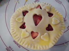 Mini fruit desserts tutorial {Apple, pear, cherry, strawberry, & peach pies would be so easy to just chop the fruit really small! Sweet Recipes, Real Food Recipes, Dessert Recipes, Mini Desserts, Delicious Desserts, Food Counter, Honey Pie, Pie Tops, Doll Food
