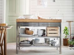 Îlot en inox et plateau bambou pour cuisine industrielle - Ikea // Central island in an industrial kitchen, stainless steel and wood. Kitchen Island Ikea Hack, Kitchen Island Trolley, Ikea Kitchen, Kitchen Furniture, Ikea Island Bench, Kitchen Islands, Area Industrial, Industrial House, Industrial Furniture