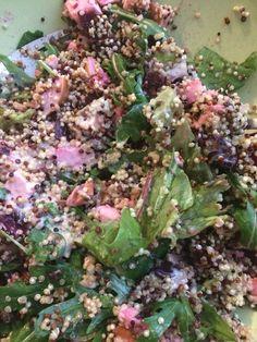 Salade van rucola, rode bieten, avocado, feta, gerookte kip en quinoa