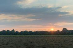 Gemaaid veld in de zonsondergang