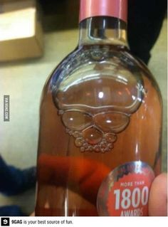 The bubbles in this drink look like a skull Epic Fail Pictures, Best Funny Pictures, Funny Photos, Whiskey Bottle, Vodka Bottle, Things With Faces, Envoyer Des Messages, Montage Photo, Hacks