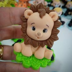 Fondant Figures Tutorial, Fondant Toppers, Polymer Clay Miniatures, Polymer Clay Crafts, Patisserie Fine, Safari Cakes, Cake Templates, Fondant Animals, Cute Lion