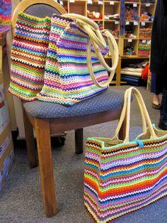 bolsas croche Diy Craft Table fold down craft table diy Crochet Tote, Crochet Handbags, Crochet Purses, Diy Crochet, Crochet Crafts, Crochet Stitches, Knitting Projects, Crochet Projects, Knitting Patterns