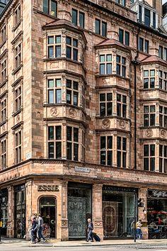 Piccadilly Street - 11 Places to Discover on an Iconic London Thoroughfare London Winter, London Christmas, London Blog, London Art, London Shopping, London Travel, London Instagram, London Landmarks, London Places