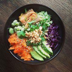 Connaissez-vous Le Poke bowl ? Eh bien pour ceux qui ne connaîtraient pas c'est une recette saine et gourmande 😃 Parfait pour faire le plein d'énergie et de Vitamines et qui plus est avec la saison estivale qui s'annonce il accompagnera parfaitement les beaux jours 😁  On vous dit tout en story avec un petit tuto 😊 Bon appétit bien sûr 😉et à bientôt pour de nouvelles aventures culinaires 😌  #pauldebauche #tutocuisine #pokebowl #recettehealthy #recettesaine #recetteequilibree #cooking #cook # Bon Appetit Bien Sur, Eh Bien, Poke Bowl, Dit, Parfait, Cobb Salad, Food, New Adventures, Vitamins
