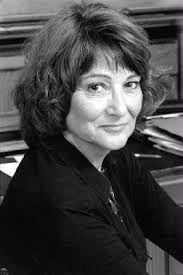SYLVIANE AGACINSKI. (Francia, 4 de mayo de 1945) es una filósofa, feminista y escritora francesa de origen polaco, profesora de la École des Hautes Études en Sciences Sociales (EHESS) y esposa de Lionel Jospin, ex primer ministro de Francia.
